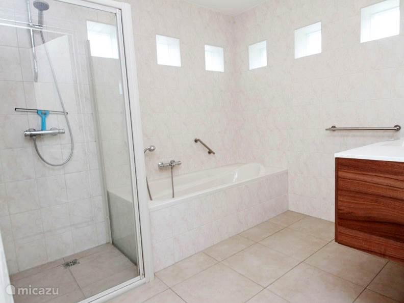 De royale badkamer op de begane grond.