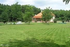 De riante tuin waarin naar hartelust ontspannen en gespeeld kan worden