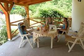 Het ruime terras om heerlijk te genieten van de omgeving en een goed glas wijn.