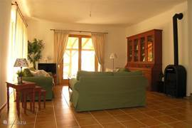 De huiskamer met een combinatie van authentieke meubelen en westers comfort.