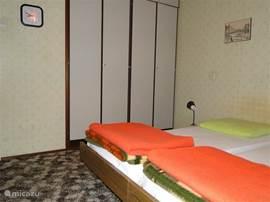 slaapkamer ouders - veel kastruimte; vanaf voorjaar 2012 nieuwe matrassen en dekbedden.
