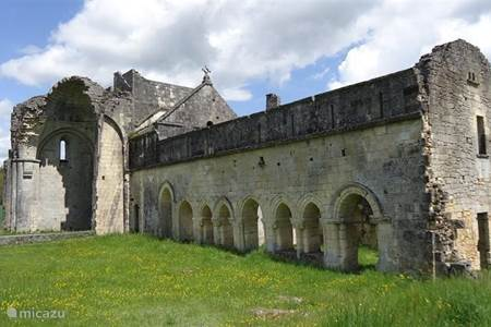 Villars met kasteel, ruine en grotten