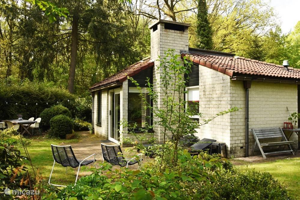 Onze bungalow is van steen en daardoor ook in de koudere maanden heerlijk warm te krijgen.