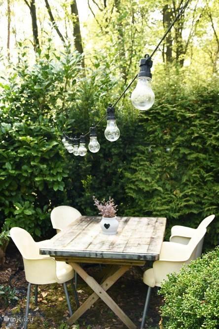 In de tuin zijn verschillende hoekjes om te zitten.