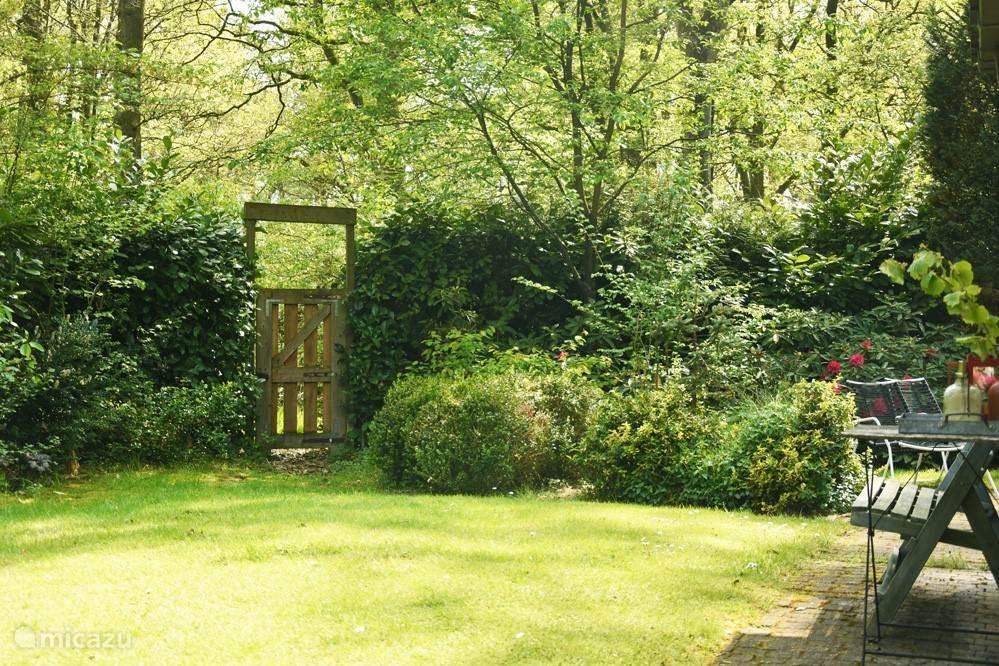 De tuin is groen en is ruim 480 m 2  Hagen zorgen voor veel privacy.