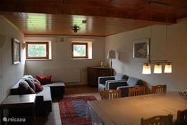 De woonkamer in de voormalige koeienstal
