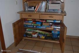 De buffetkast in de woonkamer. Met boeken, cd's, tijdschriften en spelletjes