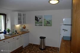 De ruime keuken, met onder meer een afwasmachine