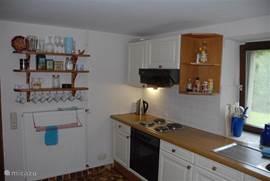 De keuken, met elektrische kookplaat en hetelucht oven