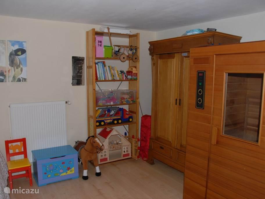 De ruimte op de eerste verdieping naast de badkamer. Hier staat de infraroodsauna en divers speelgoed