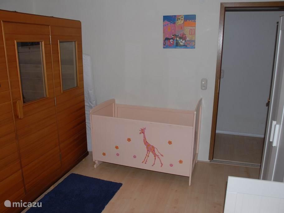 In deze ruimte staat ook een kinderledikantje (er is ook een reisbedje aanwezig). Onze ervaring is dat kinderen hier heel rustig en goed slapen!