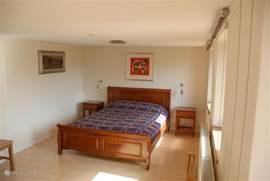 De ruime masterbedroom met laminaatvloer. Op de eerste verdieping