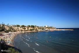 Een toplocatie met diverse restaurantjes, een jachthaven en een mooi strandje is Cabo Roig.