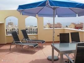 Op het ruime dakterras heeft u zeezicht en geniet u van een stevige tuinset met 4 stoelen. Tevens staat er een parasol, 2 ligbedden vast en 2 verstelbare ligstoelen. U kunt de gehele dag van de zon genieten.