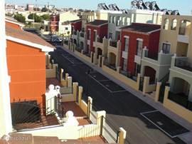 Het appartement bevindt zich in een rustige straat met een eigen parkeerplaats