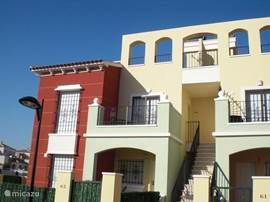 Het appartement bevindt zich op de eerste verdieping met een balkon en een zeer ruim dakterras met ligstoelen