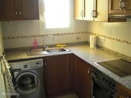 Langs de eethoek komt u de open keuken binnen. Hier staat de wasmachine.