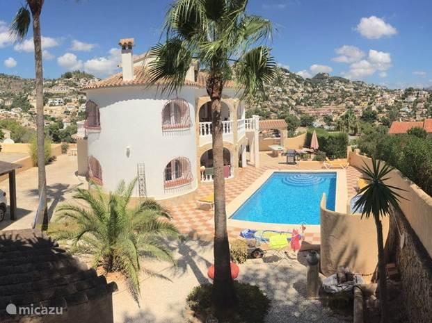 Een fantastische en ruime woning gelegen aan een heerlijk zwembad, 5 x 10 m. Rondom de woning en het zwembad zijn er ruime terrassen. Voor iedereen is er wel een plek in de zon of in de schaduw.