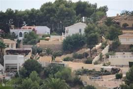 Vanuit het dal is er een ruime blik op onze woning en de oprit naar de carport.