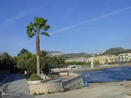 Het strand van Moraira of van het verder gelegen stad Calpe biedt eindeloze mogelijkheden tot zwemmen  en zonnen.