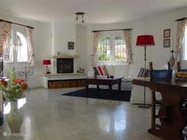 De woonkamer is ingericht met onder andere een ruime vier-zitsbank. Digitale  TV en diverse moderne audioapparatuur. WIFI is aanwezig.