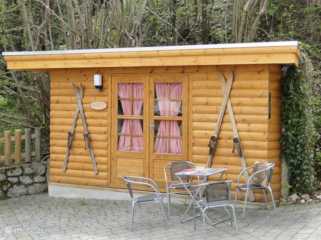 Leuke Tirolse stalling, voorzien van skischoenenverwarmer, ski-opbergruimte en bankjes.  In de zomermaanden bevinden zich hier de buitenstoelen en tafels. Tevens kunt u uw fiets hier dan stallen.
