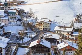 In het midden van de foto staat appartement Alpbach, daarachter op de berg met piste en rodelbaan.