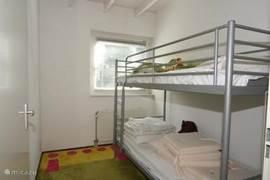 Kinderslaapkamer met een stapelbed.