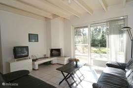 Lichte woonkamer met gezellige zithoek en open haard