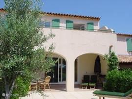 Villa gezien van tuin zijde met overdekt terras