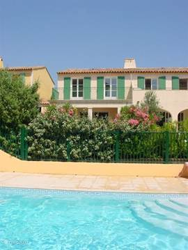 Villa met op de voorgrond het zwembad