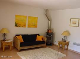De zithoek van de gezellige woonkamer