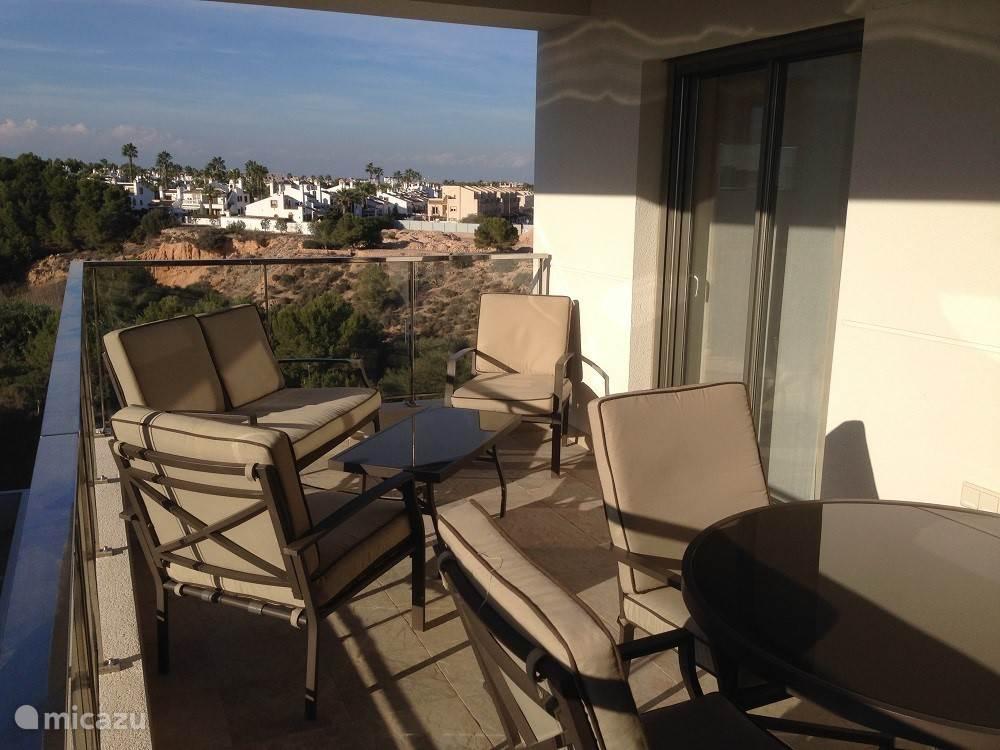 Het balkon met ruime tuintafel en stoelen. En een relax set.