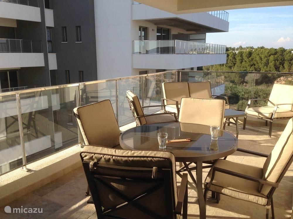 Het balkon met zon in de middag