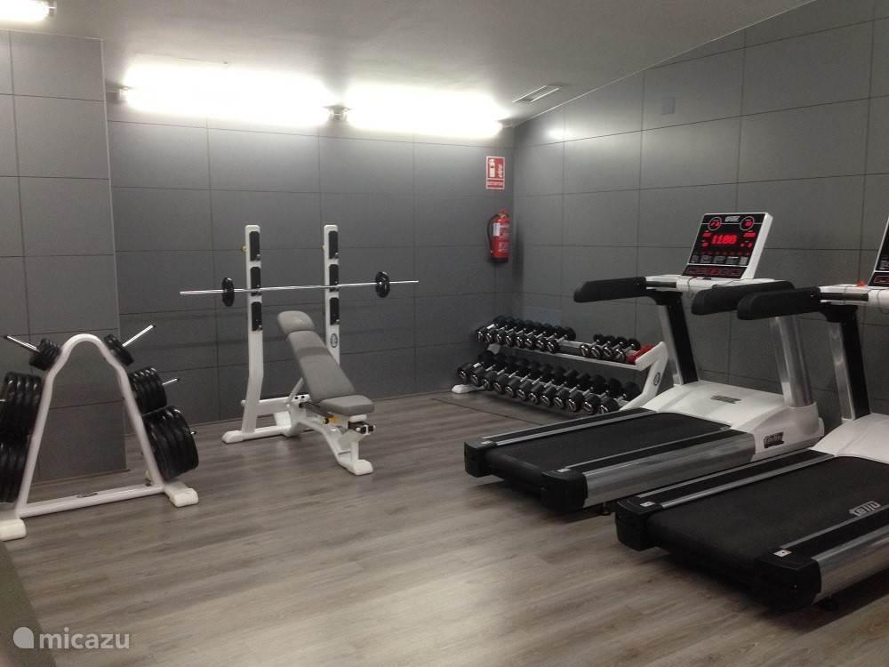 De fitness ruimte met professionele apparatuur