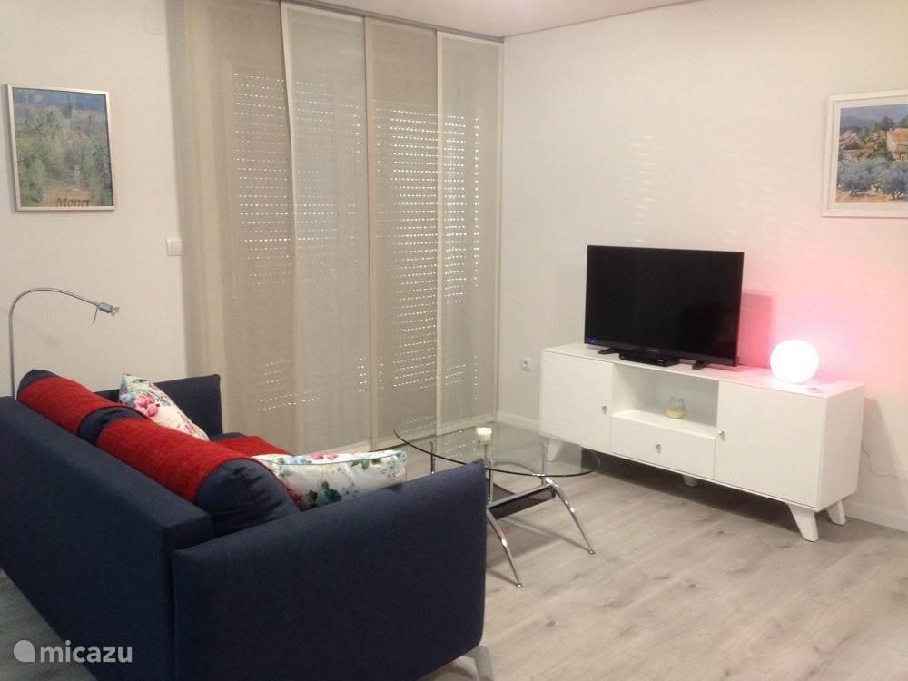 De zithoek met bank, salontafel en TV