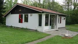 Vrijstaande bungalow op ruim 800 m2 grond met schuifpui naar terras en grasveld. U kunt hier in alle rust van de zon genieten of in de schaduw vertoeven.