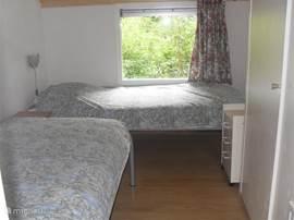 Middelste slaapkamer mer o.a. twee eenpersoonsbedden en een garderobekast.