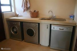 Waskamer met afwasmachine, droger en wasmachine