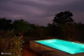 Zwembad met onweer op de achtergrond