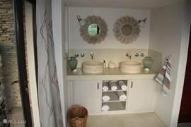 Eén van de twee badkamers in Villa Blaaskans