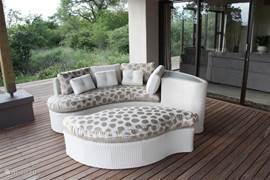 Relaxbank op de veranda met uitzicht op de Zuid-Afrikaanse Drakensbergen