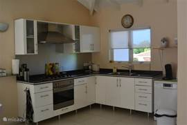 Keuken van alle gemakken voorzien, ook een vaatwasser aanwezig.