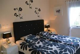 Masterbed room, sfeervolle slaapkamer, met 2x  1 persoon springbox bedden, 2 nachtkastjes, kaptafel, Airco en plafond ventilator, aangrenzend de ruime badkamer met de Walking Closet, uitzicht op de tuin.