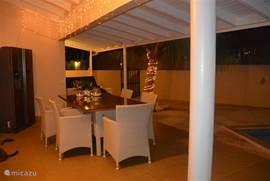 De villa in de avond met sfeervolle verlichting.