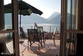 Het idyllische uitzicht vanaf het balkon