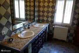 Grote badkamer, die aansluiting heeft op de slaapkamer