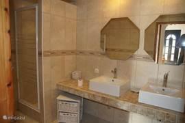 Tweede Badkamer m/ dubbele lavabo en douche