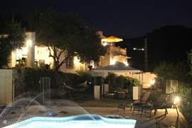 's Avonds is het heerlijk zwemmen tussen de fonteintjes in het verlichte zwembad. Het terrein is voldoende verlicht zowel rondom het huis als oprit.
