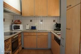 Compacte goed ingerichte keuken met vaatwasser, koelkast,4 elektrische kookplaten, oven, microgolf, toaster,koffiezet,senseo, grillplaat. Niets ontbreekt om er een lekker en gezellig familiefeest van te maken.